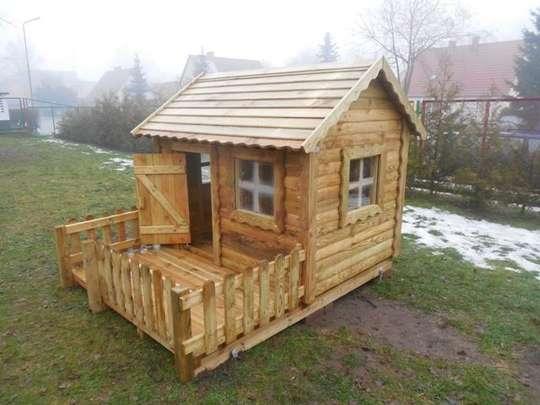 Nowe drewniane domki na przedszkolnym placu zabaw