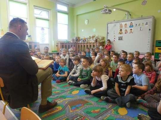 Wiceburmistrz Bytowa czyta dzieciom